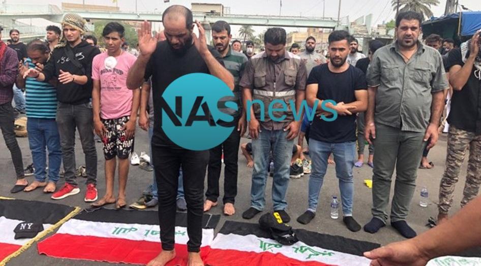 """بـ """"الأعلام العراقية"""".. متظاهرو الطيران يفترشون الشوارع ويقيمون صلاة جماعة (صور)"""