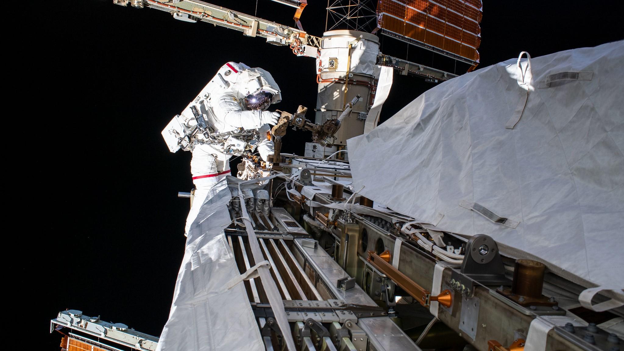 دوو ژنە کاپتنی ئەمریکی زیاتر لە حەوت کاتژمێر لە بۆشایی ئاسمان کاریانکرد و ناویان چوە مێژوەوە