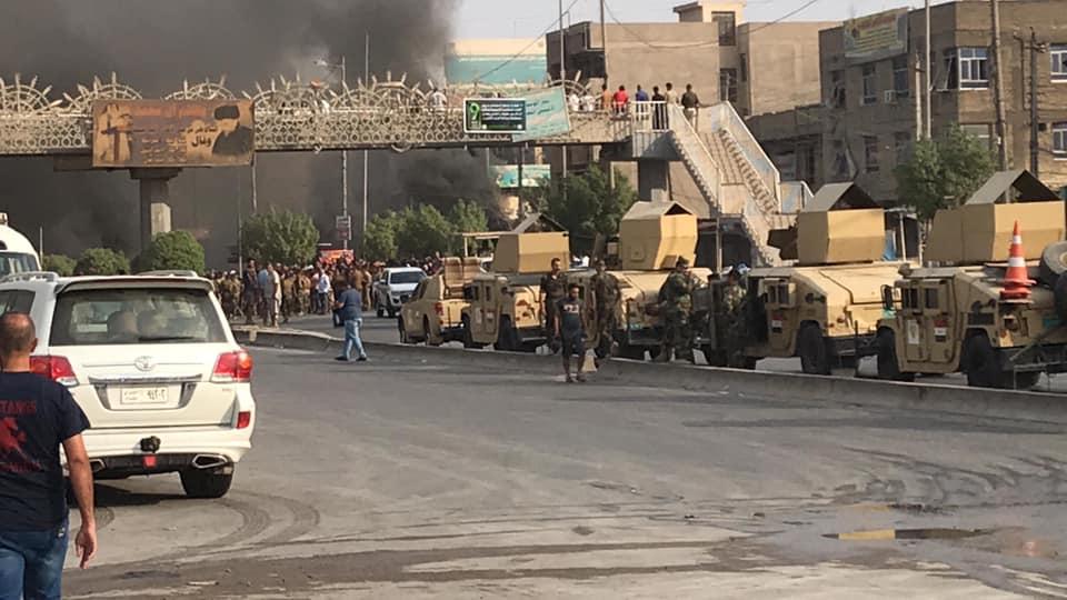 متظاهرون يقطعون طرقاً حيوية في بغداد.. ويعلنون اعتصاماً مفتوحاً (صور)