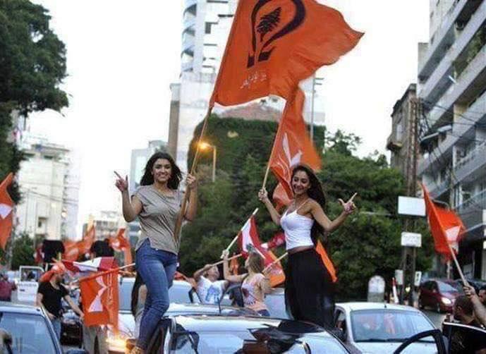 تظاهرات لبنان: المحتجون يقطعون مئات الشوارع بإطارات النار.. القوات لم تقتل أحداً!