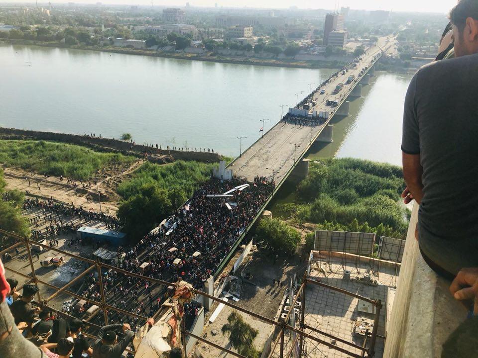 صور: القوات الأمنية والمتظاهرون يتقاسمون جسر الجمهورية