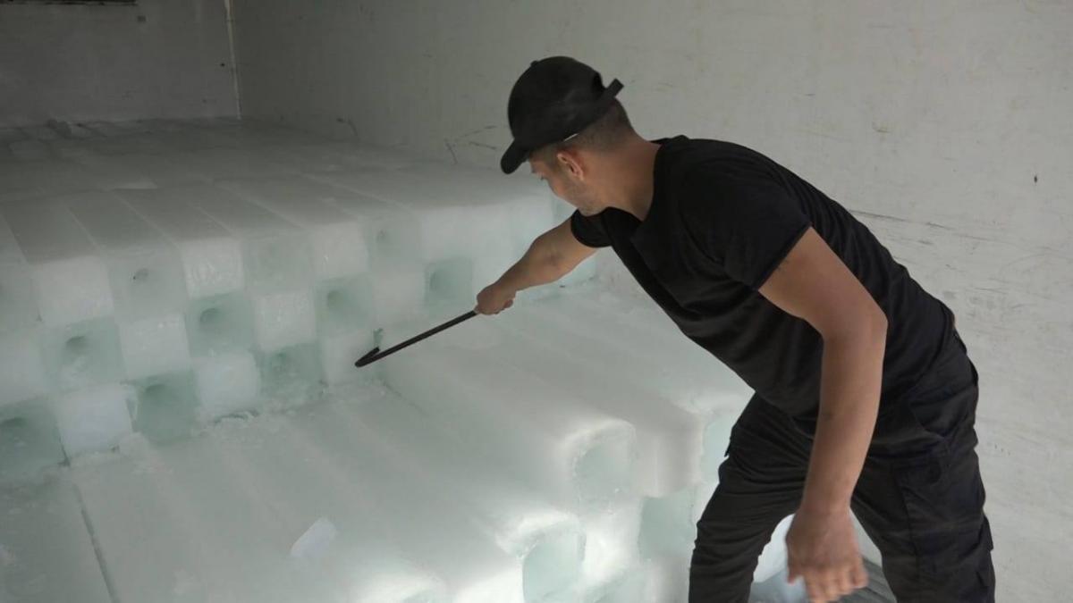 العتبة العباسية تعلن ارتفاع انتاجها من الثلج إلى 3000 قالب يومياً (صور)