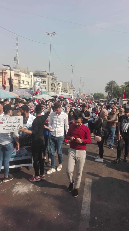 توافد مئات المحتجين إلى ساحة التحرير للمشاركة في الاحتجاجات الشعبية (صور)