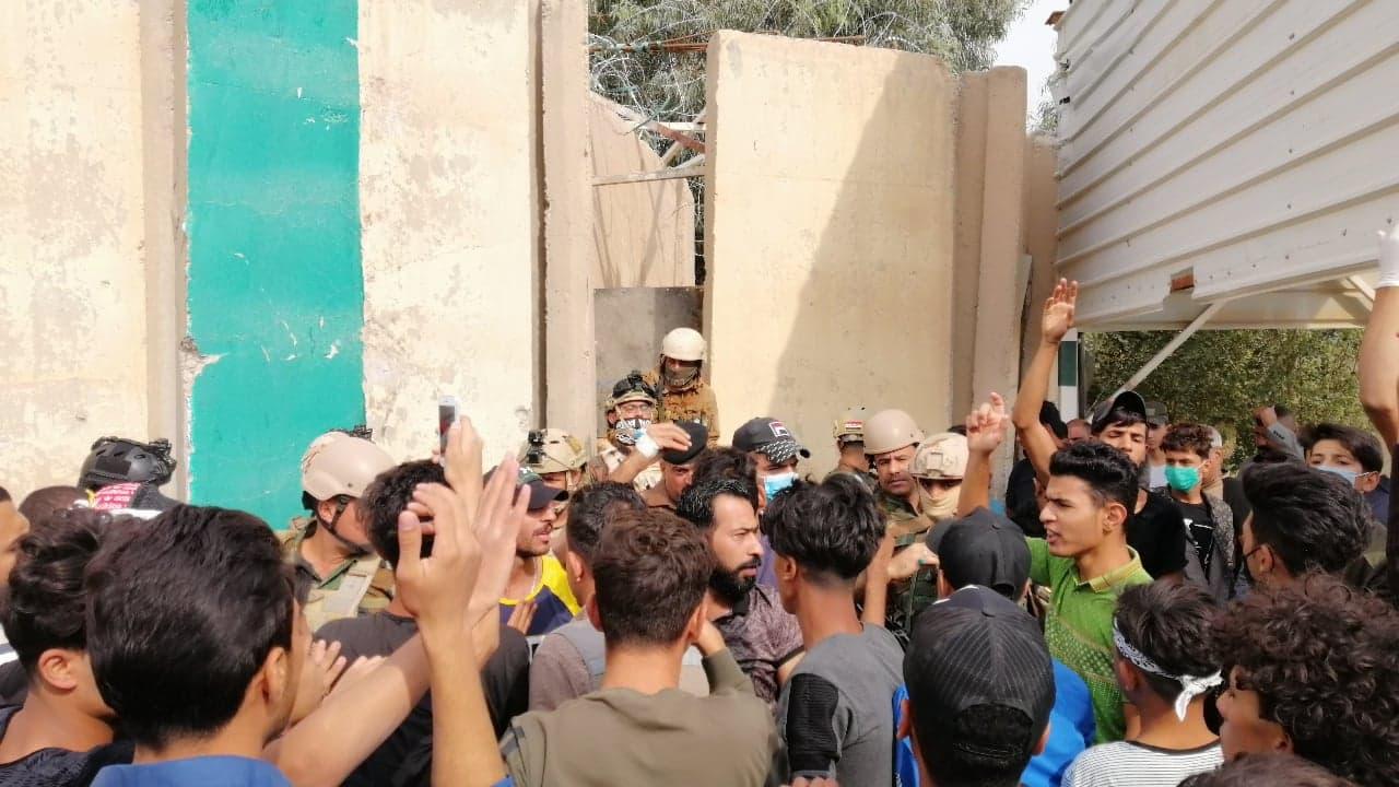 قرار قضائي بحجز أموال رئيس مجلس الديوانية ومحتجون يحاصرون مبنى المحافظة