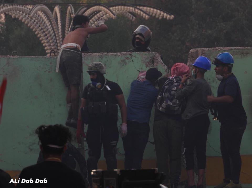 مشاهد من احتجاجات بغداد.. شبان يصدون القنابل في الخلاني ويضيئون نصب الحرية