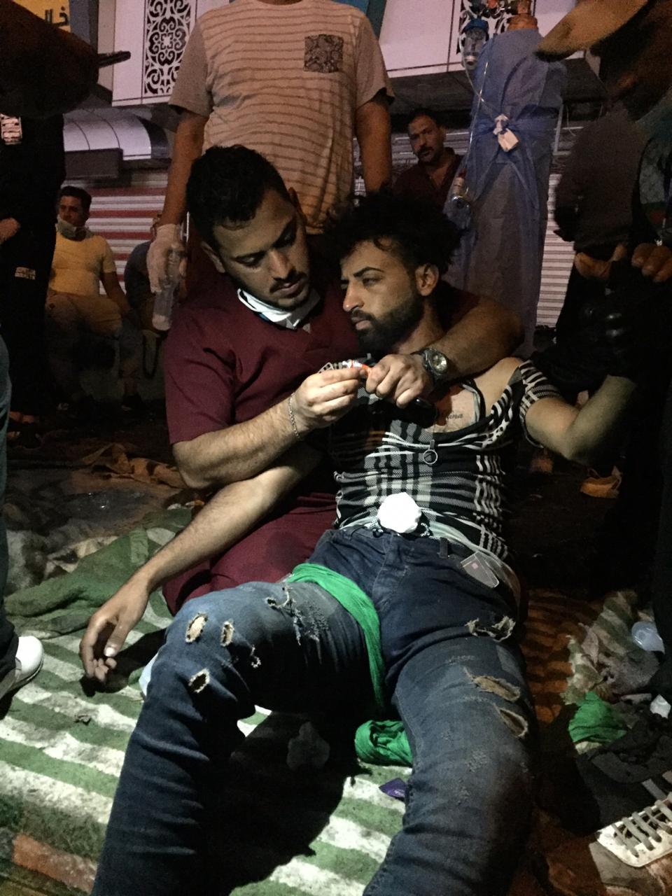 حالة انقاذ في 9 صور: مسعف وزميلته ينقذان متظاهراً من الاختناق بقبلة الحياة