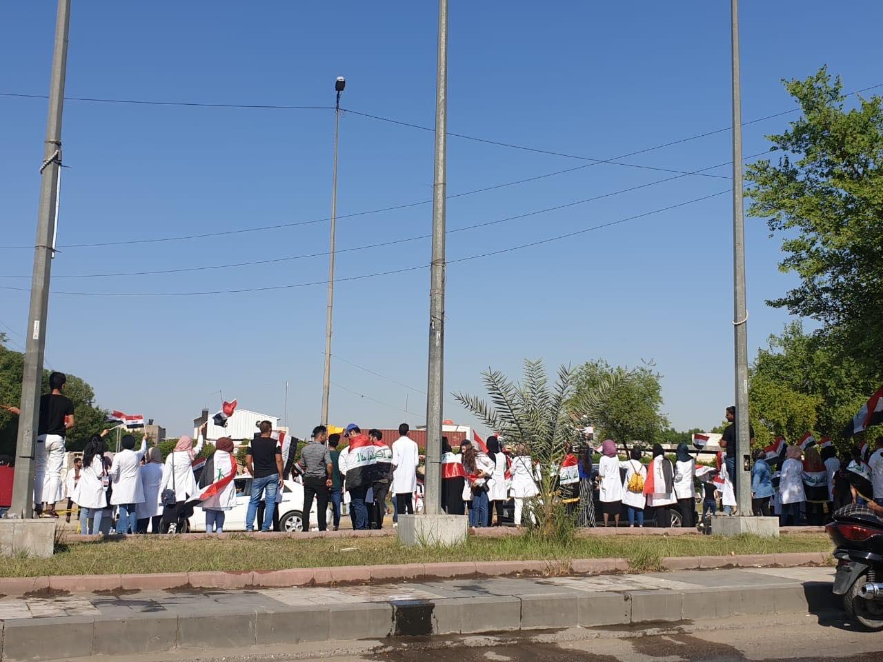 برداء الأطباء.. طلاب كلية الكندي يتظاهرون في بغداد (صور)