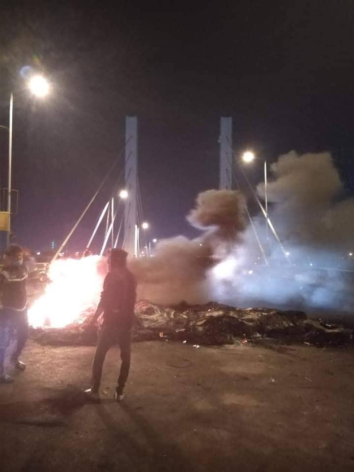 متظاهرو ذي قار يكملون نصب خيام الاعتصام فوق أحد أهم جسور الناصرية (فيديو وصور)