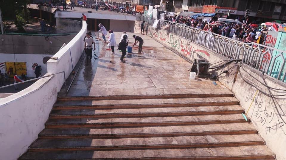 شبان متظاهرون يواصلون جهود تنظيف نفق ساحة التحرير (صور)