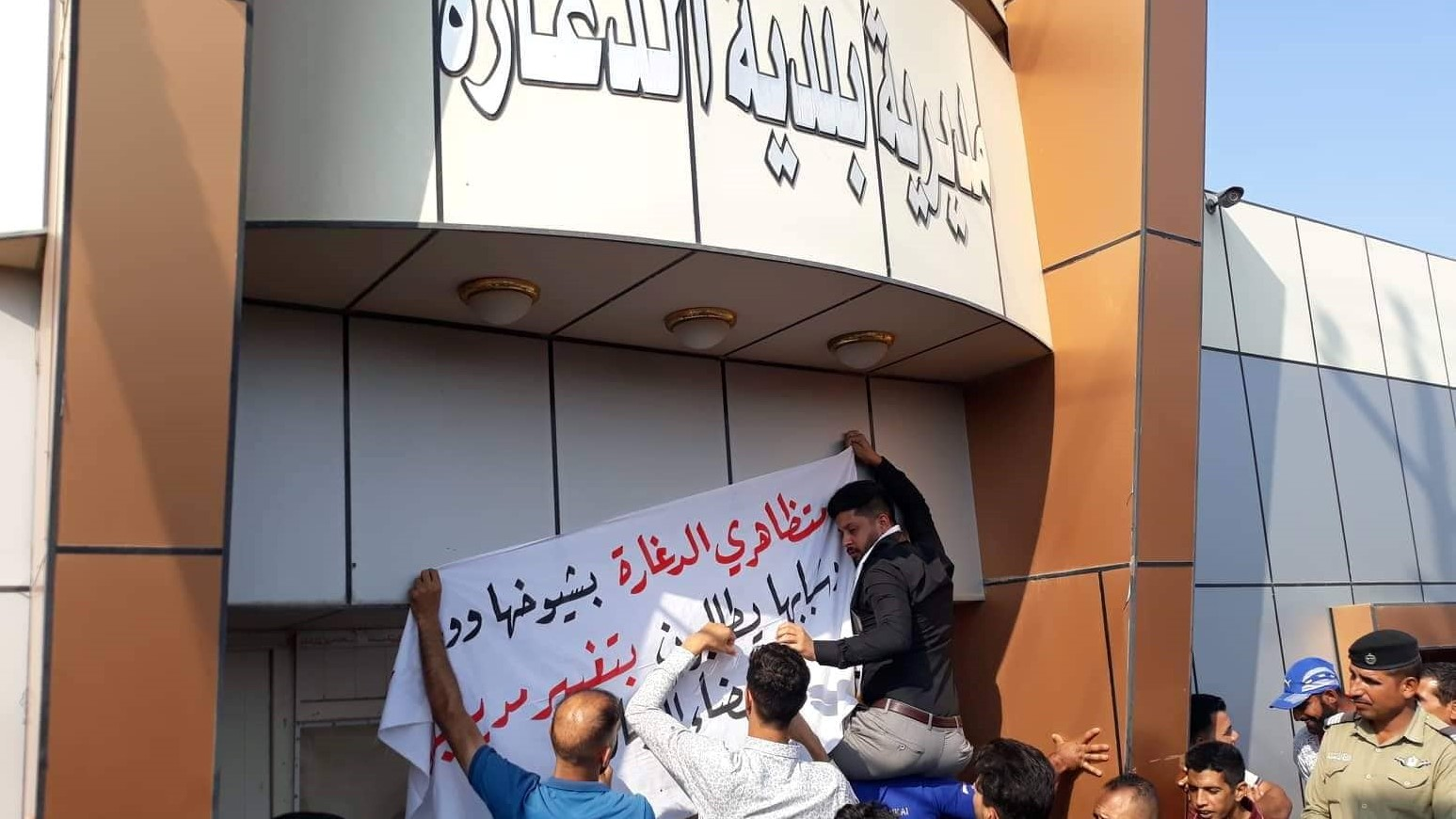 صور وفيديو: متظاهرون يغلقون مقر بلدية في الديوانية