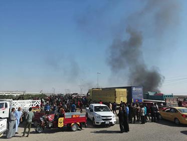 متظاهرون يقطعون الطريق المؤدي إلى منفذ الشيب وحقول نفطية