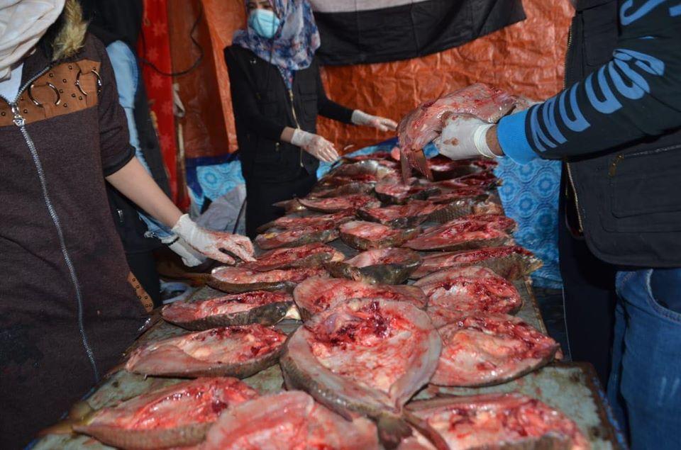 فتيات يحضرن الأسماك وحشود كبيرة.. مشاهد من احتجاجات ميسان (صور)