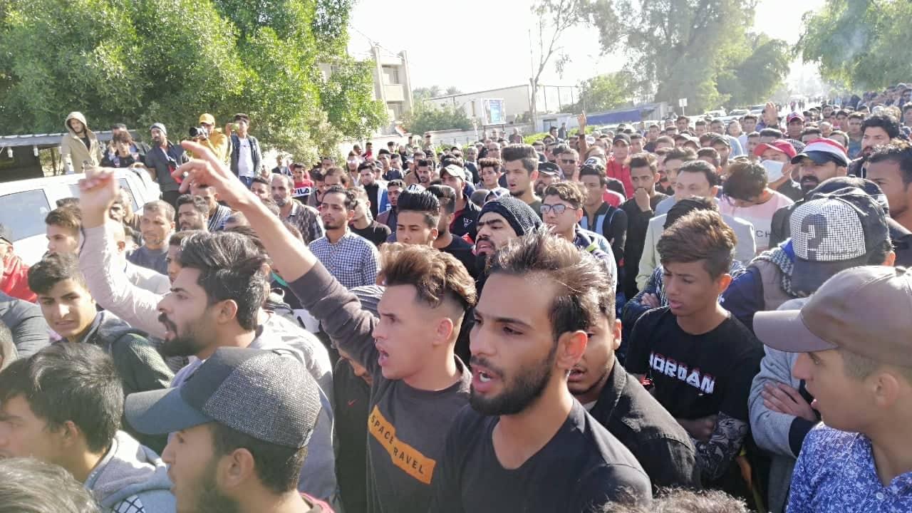 """ودعته أمه وحمل نعشه المتظاهرون.. تشييع آخر ضحايا ليلة """"الجثث المتفحمة"""" (صور)"""