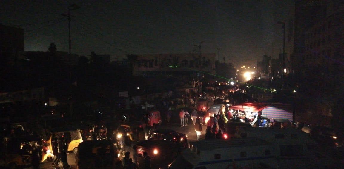 ظلام دامس في التحرير.. بعد انقطاع التيار الكهربائي بشكل كامل
