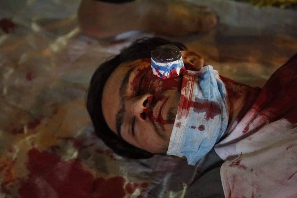 كمامة ودماء وقنبلة في الوجه.. مسرحية في النجف تجسد احتجاجات تشرين