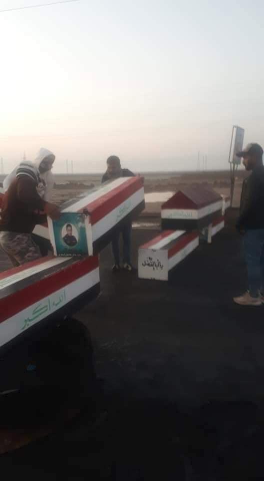 متظاهرون في البصرة يغلقون الطرق بتوابيت ضحايا الاحتجاجات