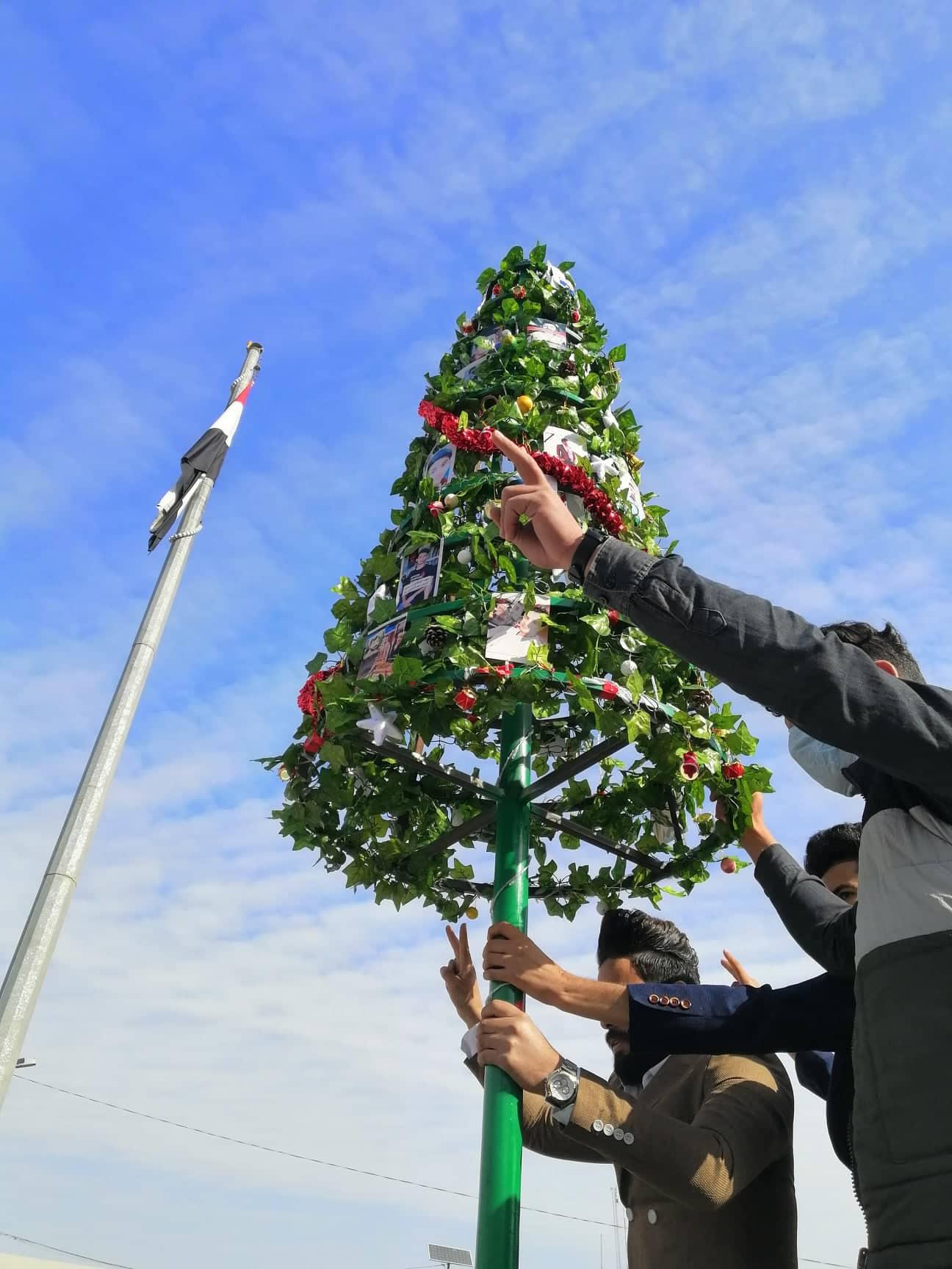 """""""ابن ثنوة والطيب"""" على أغصان شجرة الميلاد في الديوانية.. (صور)"""