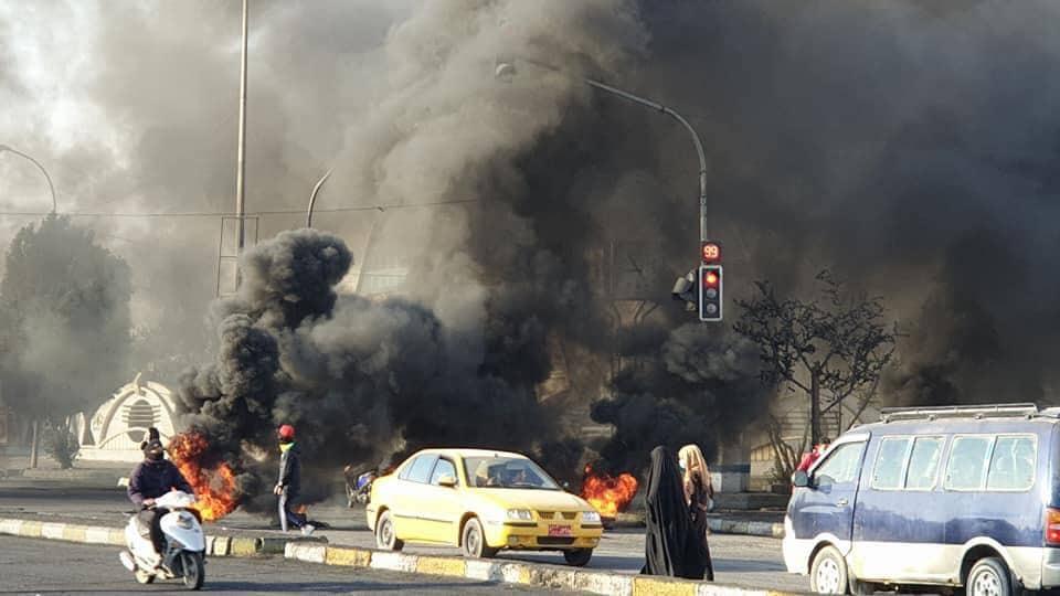 متظاهرو الناصرية يصعدون احتجاجاتهم.. ويقطعون طرقاً وجسوراً رئيسية (صور)