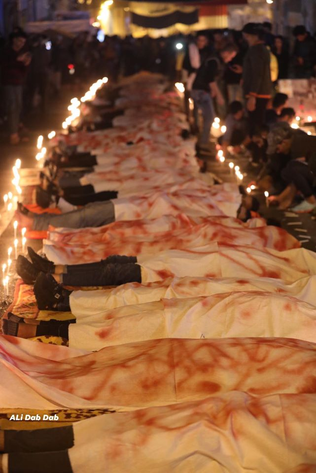 """شبان تغطيهم """"أكفان ملطخة"""" في التحرير.. بغداد تعلن حزنها بالصلوات والشموع (صور)"""