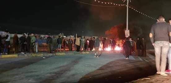 الديوانية: محتجون يعيدون فتح شارع رئيسي بعد إغلاقه (صور)