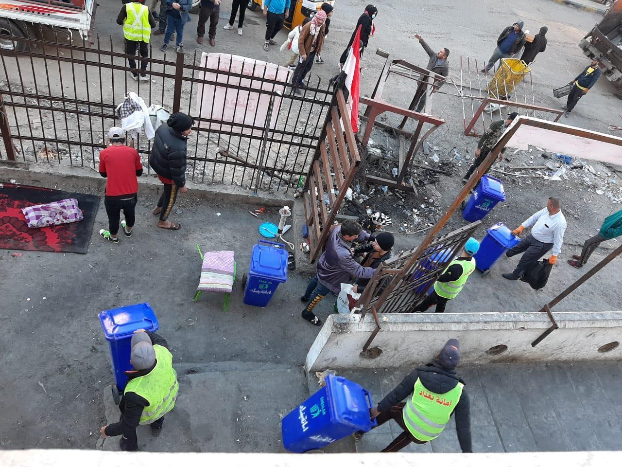 حملة تنظيف في ساحة التحرير.. وفرق حكومية تدخل المطعم التركي (صور)