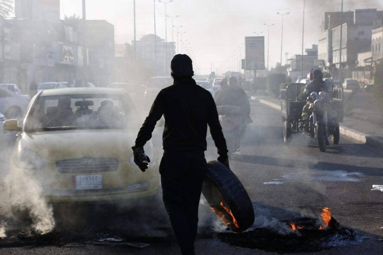 محتجون يغلقون طريق بغداد - النجف