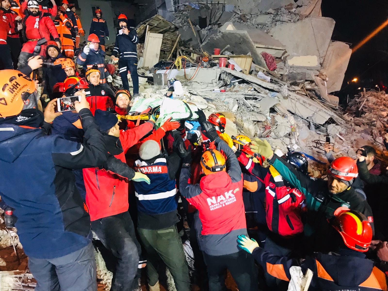 فرق الانقاذ تنجح في إخراج أم وطفلتها من تحت الأنقاض