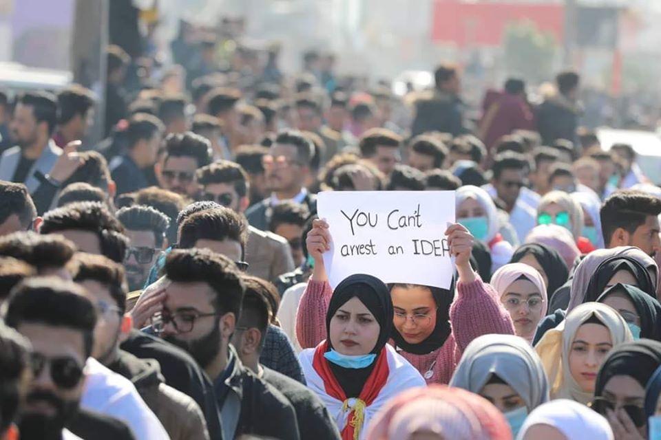 """البصرة تتشح بـ""""اليشماغ والصدرية"""".. مسيرة طلابية حاشدة رداً على حرق الخيام (فيديو)"""