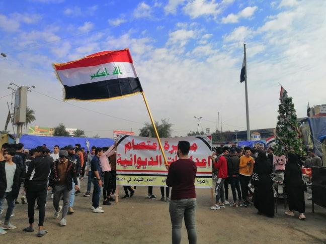 مسيرات طلابية حاشدة في الديوانية.. ومسلحون يطلقون النار نحو محتجين (صور)