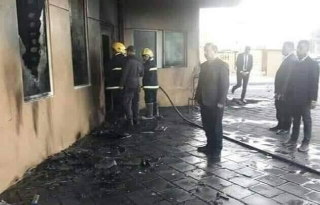 وزير الداخلية يشرف على إزالة مخلفات اقتحام السفارة الاميركية (صورة)