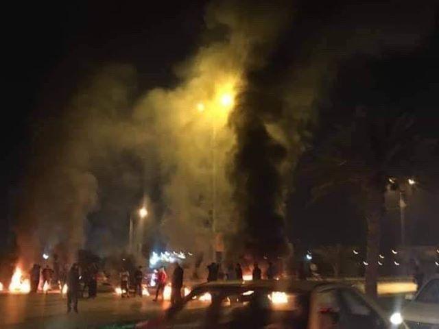 المتظاهرون في النجف يحرقون الإطارات على طريق المطار (صور)