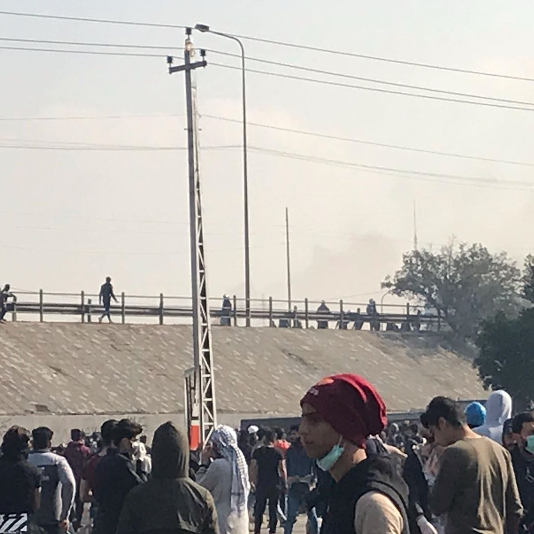 محتجون يردون على قمع القوات الأمنية برفع العلم العراقي في بغداد (صور وفيديو)