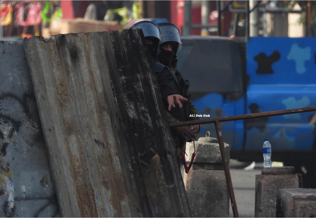 التلفزيون الرسمي يغطي الاحتجاجات.. لكن من جانب قوات الشغب! (صور)