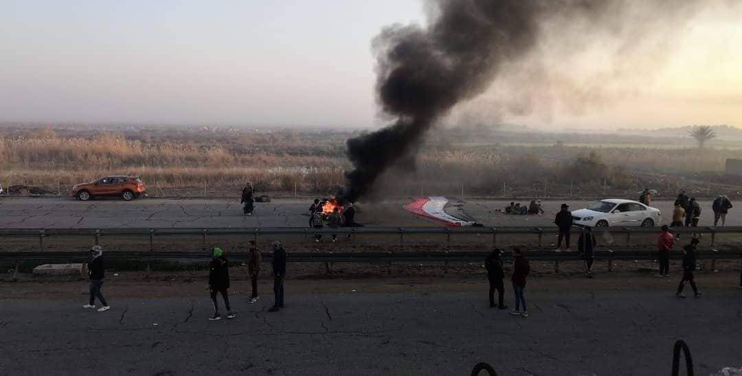 مشاهد من احتجاجات ذي قار.. شبان يفترشون الشوارع ويعزلون المحافظة تماماً (صور)