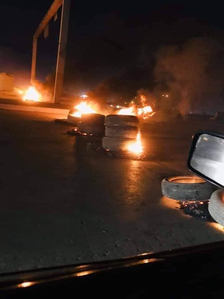 بالإطارات والنيران.. محتجون غاضبون يقطعون طرقاً رئيسة في الديوانية (صور)