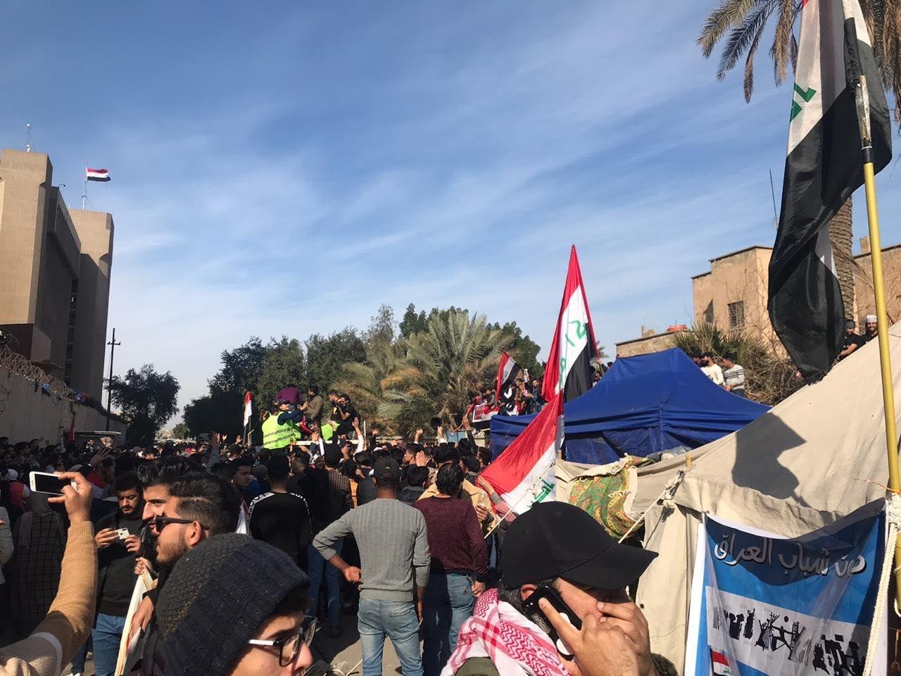 تصعيد احتجاجي في بغداد.. نعوش تغطيها الأعلام واعتصام للطلبة وسط العاصمة (صور)