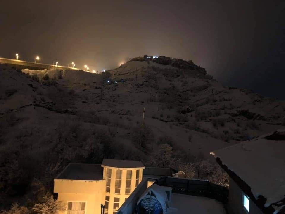 الثلوج تغطي مدينة عراقية وتعرقل حركة السير (صور وفيديو)