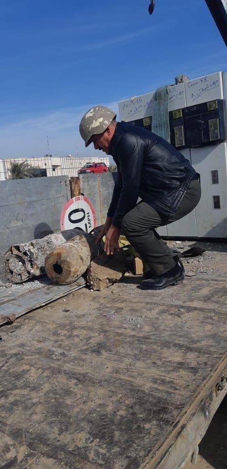 تزن الواحدة 125 رطلاً.. رفع قنبلتين كبيرتين من مطار بغداد (صور)