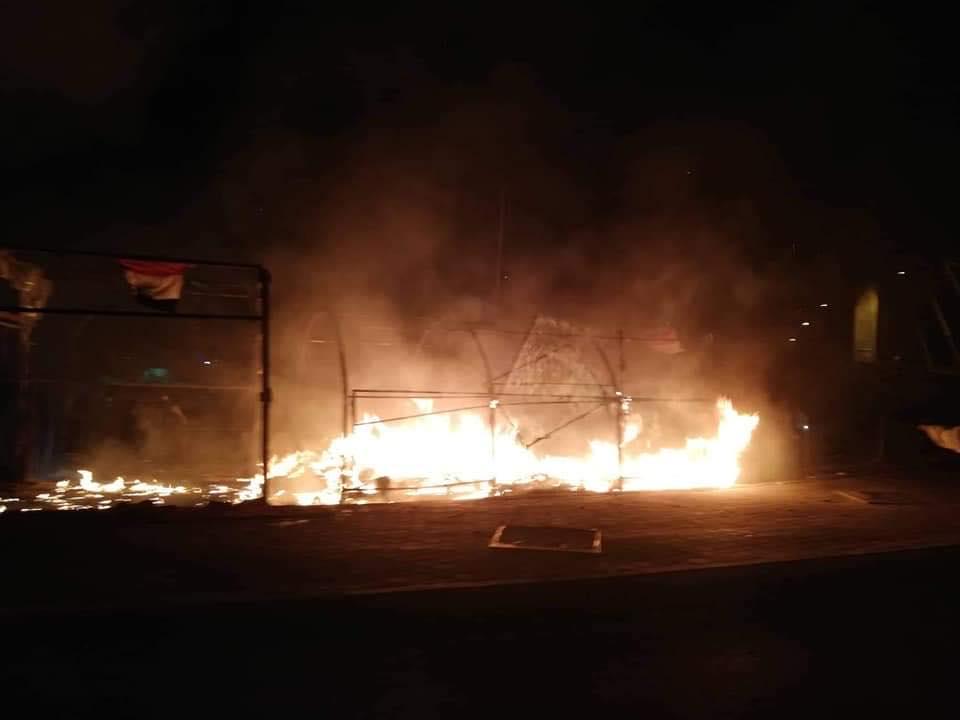 """ذي قار: مجهولون يضرمون النيران في خيم اعتصام """"ساحة الحبوبي"""" (فيديو وصور)"""