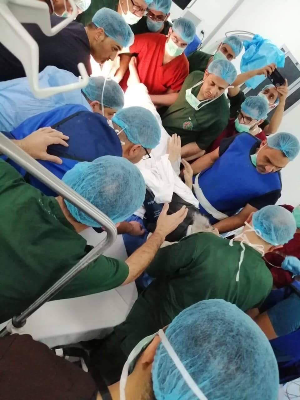 أحاط به الأطباء من كل جانب.. صور للمرجع السيستاني داخل صالة العمليات