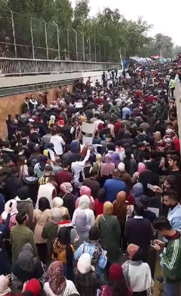 شاهد: نفق التحرير يغص بالطلبة.. ويصدح بهتافات ضد إيران وأمريكا (فيديو)