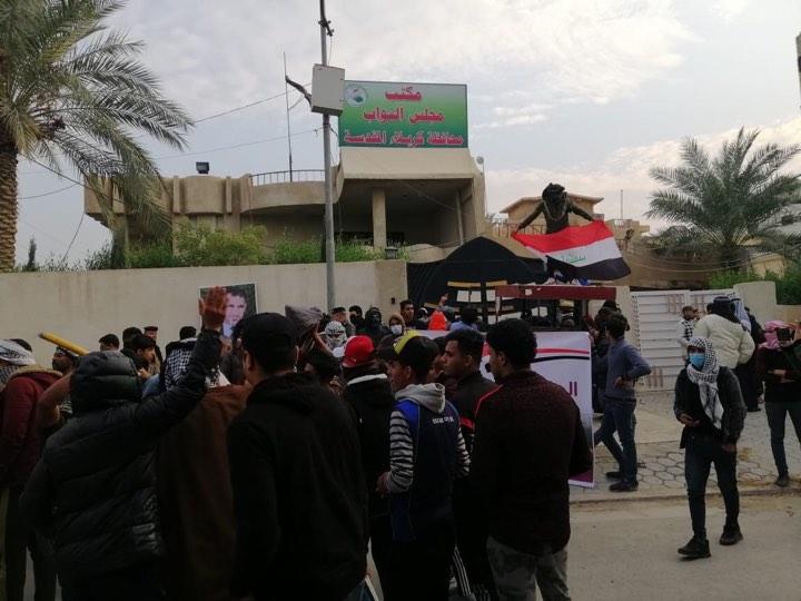 محتجون غاضبون يغلقون مكتب البرلمان في كربلاء (صور)