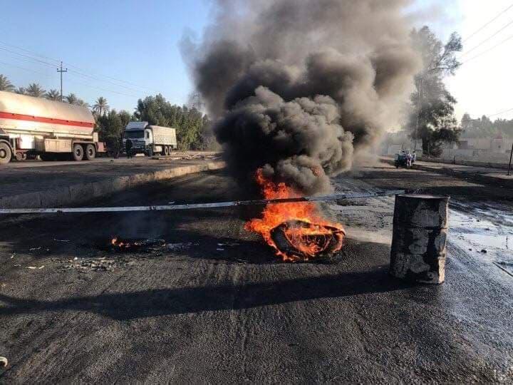 متظاهرو الديوانية يقطعون الطريق الرابط بالنجف: هؤلاء فقط يمكنهم المرور (صور)