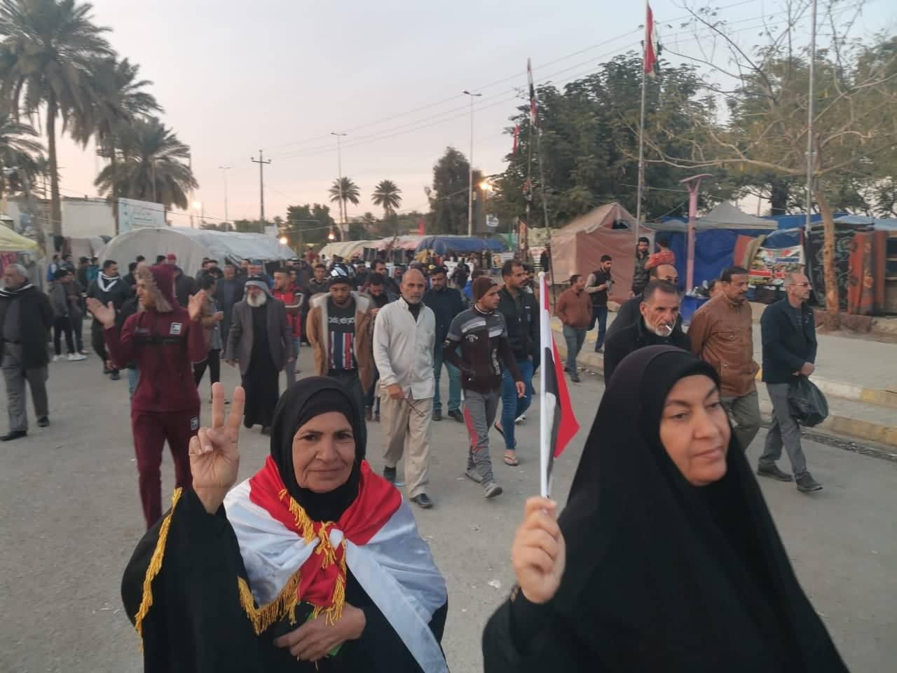 """متظاهرو الديوانية """"يكبّرون"""" لافتة مطالبهم: """"بلكي تحسّون"""" (صور)"""