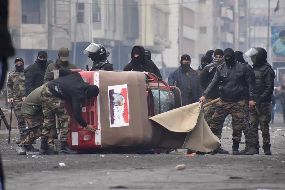"""""""ملثمون وتكتك"""".. مشاهد من العنف قرب ساحة التحرير (صور)"""