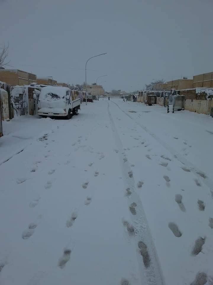 """""""رجل الثلج"""" في الصحراء.. الرداء الأبيض يغطي بنايات وشوارع في الأنبار (صور)"""