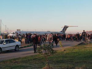 طائرة ركاب إيرانية تخرج عن مسارها وتهبط وسط الشارع (صور)