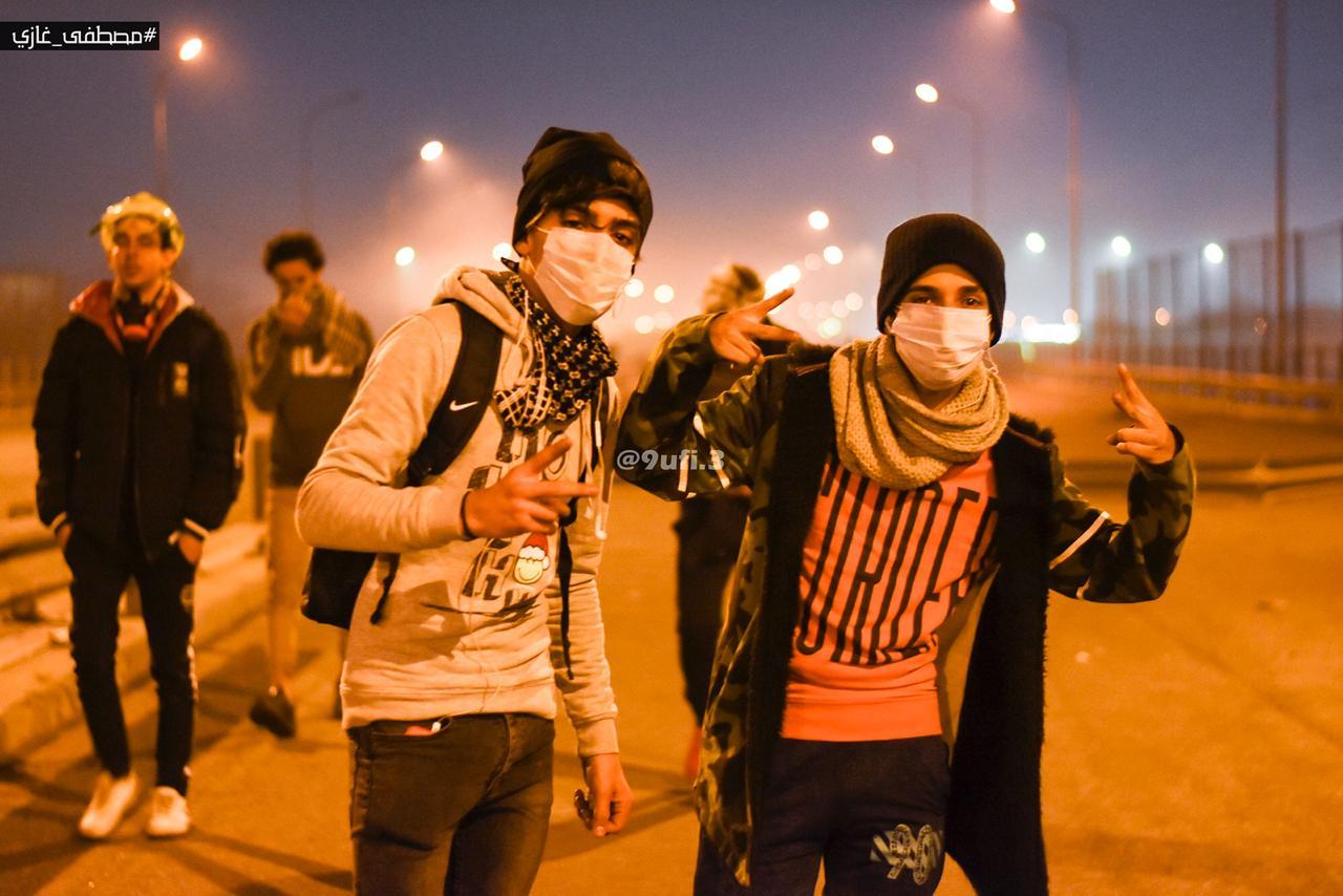 متظاهرون يتحدون الأمطار والبرد بوسائل بسيطة (صور)