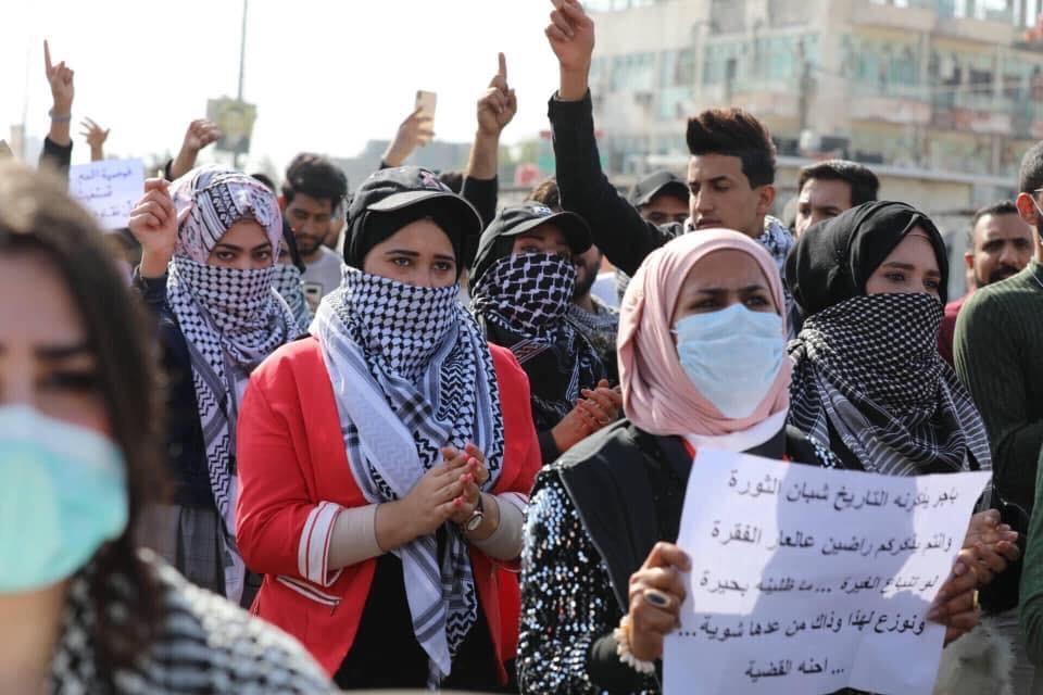 حشود طلابية تملأ شوارع البصرة تنديداً بقمع المحتجين (صور)