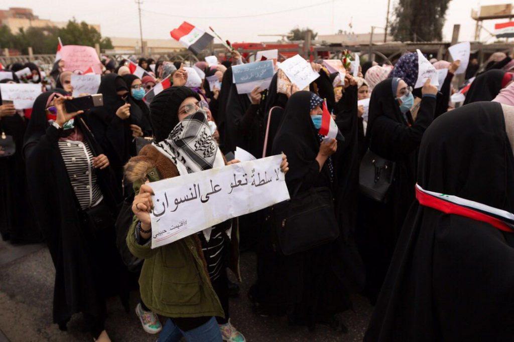 طالبات وسيّدات النجف في تظاهرة غاضبة ضد الإساءة للمُتظاهِرات (صور)